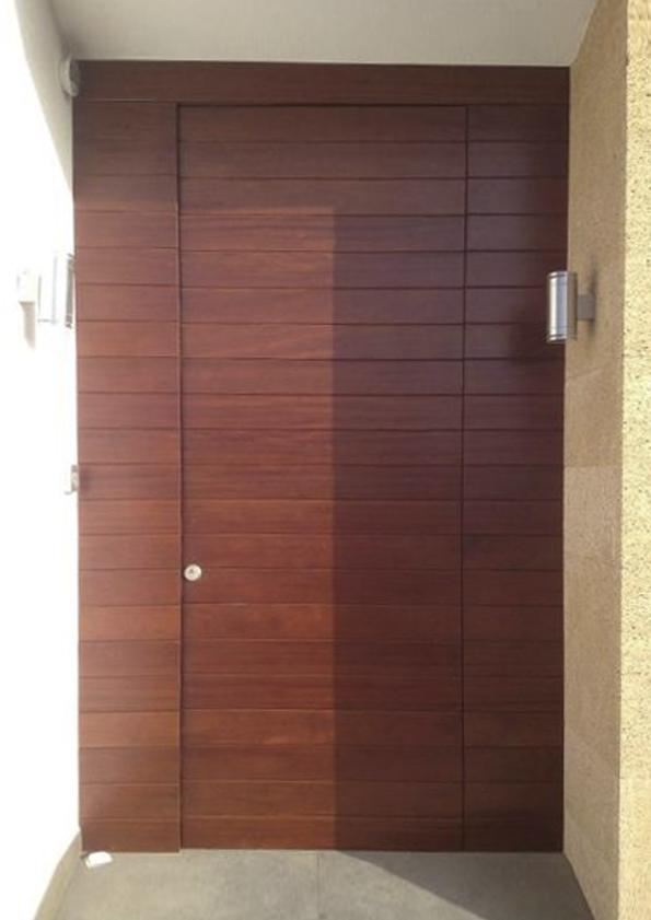 Puertas de entrada hechas en madera carpinteria fusta for Puertas madera a medida