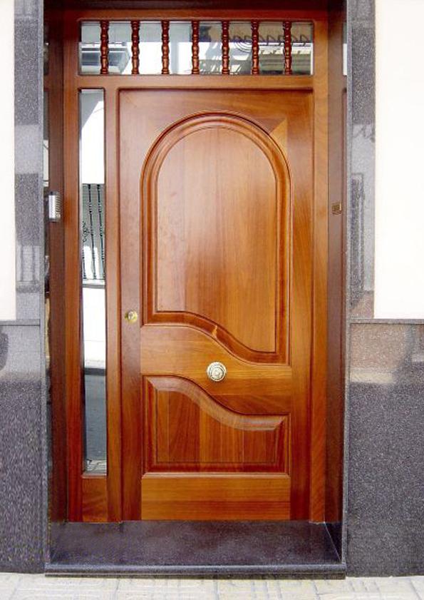 Puertas de entrada hechas en madera carpinteria fusta for Modelos de puertas de bano de madera