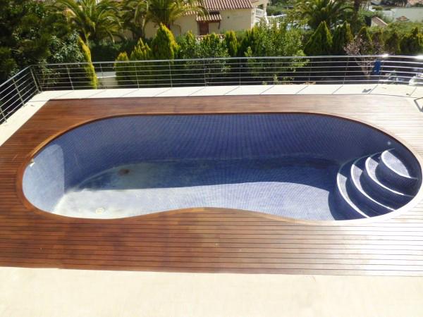 Piscina jacuzzi exterior tarima de madera exterior en un - Climatizar piscina exterior ...